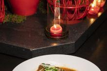 杭帮菜的口味以咸为主,略有甜头,属于浙江菜的重要流派。杭州富春山居度假村的亚洲餐厅,三面环湖,窗外悠