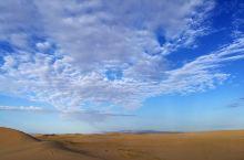 清晨的阿拉善右旗旁,沙漠边缘,有些小草,天空真漂亮!