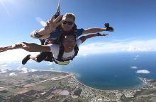 澳大利亚大堡礁高空跳伞 在圣灵群岛,除了潜入靛蓝色的大海去追寻五彩斑斓的珊瑚及缤纷的热带鱼 之外,还