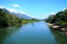 万荣,是老挝一个著名的休闲旅游胜地,位于万象和琅勃拉邦两个城市之间。坐落在南松河边,属喀斯特石灰岩地