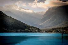 玉龙雪山攻略 玉龙雪山纳西语为波石欧鲁位于丽江古城西北处,离丽江古城大约20公里。由十三座山峰相