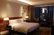每次来长沙,最喜欢住的就是君悦酒店。 酒店楼层高,长沙的夜景一览无遗。 和成都的君悦很像,都在城市的