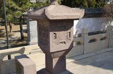 大佛寺门口的石灯很有意思,千年佛殿的牌匾饱经风霜