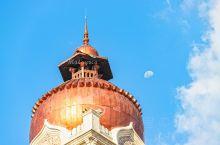 吉隆坡独立广场的对面有一幢苏丹阿都沙末大厦,名字虽然拗口,可是标志性的钟楼非常好认。建筑设计有种特别