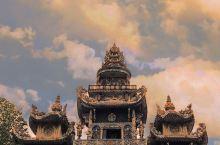金光闪闪的建筑——灵福寺  我的老妈作为一个痴迷的佛教爱好者,最大的一个爱好就是拉着我去各个寺庙祈福