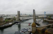 法国的Brest,就在海边,拥有不少城堡与大炮,曾经的要塞。海鲜非常新鲜,小镇的菜令人回味。