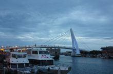 蓝色公路,蓝色天空,蓝色海水,蓝色小船,心情不蓝。