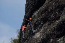 今天来东浒寨玩飞拉达啦!!!  飞拉达是一种沿着铁索攀爬岩壁的运动,特别刺激好玩。东浒寨的飞拉达还是