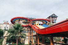 烈日当头的夏日,想要去的地方只有水乐园了吧。 杭州浪浪浪水乐园能满足整个夏天的清凉。从白天到黑夜,在