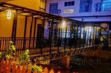 荷塘月色酒店    真的是一座坐落在荷塘上民宿酒店   美翻了