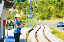 离开苏黎世,从德语区穿越到法语区,开启小姐妹的瑞士乡村之旅。 瑞士公共交通极其发达,车次时刻精确到秒