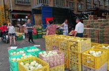 芒果、火龙果、香瓜、西瓜……看到那么多水果就开心。在贵港七里桥看到这个水果批发市场,就想进去逛。有网