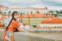 布拉格的城市中心有一条河——捷克最长的伏尔塔瓦河,它将城市一分为二,渐渐消失在远方起伏的原野里。布拉