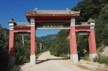 泾源县王洛宾文化园:位于泾源县城北约35公里处的六盘山脚下的山凹里,据说这里曾是音乐家王洛宾居住过的