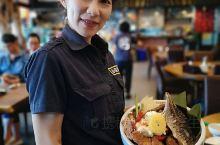 重点不是美女,而是美女手上端的这一份鸡腿快餐,4支鸡腿加其他的配料,新台币198元,大肚山上小庄寿司