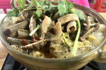 阳山牛杂煲不同于连州的牛杂,虽然两地相距才几十公里,各有风味。