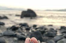 在大青山下山的路上,发现了这一方孤独的美景,伴随着海浪的低吟声中太阳逐渐睡去,睡姿真美。