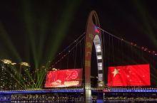 从天字码头上船,身后是楼宇的彩色灯光秀,变化成国旗,庆典相关字样。逆江而上能看到珠江两边的灯光美化效