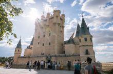 塞哥维亚的小迪士尼城堡是必去之地 离开了烤乳猪店,往里面比直走 就是这个童话般的城堡了 可能由于交通