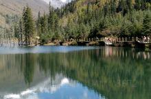 山青水美的自然景观是四姑娘山双桥沟的绝妙之处,10月中下旬,红叶更加绚丽多彩。