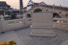 千灯古镇。赶在日落时分到了千灯古镇,古镇由两条构成丁字形的河流组成,比较小,有点像上海的七宝古街,这