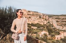 拔草西班牙30座最美古镇之一:阿尔克萨  到达阿拉贡大区后,迎面的大山岩石间竟显现一座古镇,便是这个