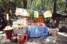 这是墨西哥城的一处露天集市,这里分为固定摊位和流动摊位两种。在这里你可以买到许多具有墨西哥特色的手工