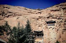 秋天的马蹄寺景区,祁连山上是白雪皑皑,山下是五彩斑斓,山间是精美石窟。