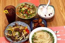 南北饮食文化上的差异由来已久,但一些街边小食,还是有其共通性。一碗热腾腾的牛肉面,想必南北方的人都很