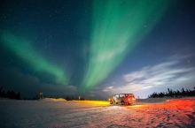 阿拉斯加的费尔班克斯坐落在极光带正下方,看起来真的是VIP视角了。而且由于这里的磁场活动比较频繁,在