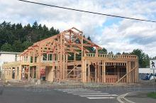 看看独立房屋的木质框架 7月份去加拿大温哥华岛的壁画镇Chemainus旅游,在观赏各式壁画之时,正