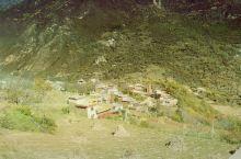 丹巴累累村,从丹巴出来往党岭方向,沿路都是各种各样的丹巴藏寨,还有11月中旬左右,山间特有的红叶落叶