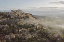 第一次来南法的时候,路过这个盘踞在山上的小城Gordes,石头房子和穿插其间的绿植美到不像实景,反而
