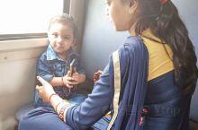 1~6,火车上对面的小孩一直在朝我扮鬼脸,给了一块大米饼,开始一直咬包装袋,孩子妈妈没有帮他拆开,想