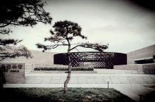 河北省承德市新建的博物馆,建筑与周围环境及古建筑相互依托,形成传统与现代的有机结合。在不同的天气下给