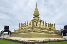大佛塔是万象最宏伟的佛教建筑,也是万象地标建筑。在历史浮沉中,大佛塔曾经历过辉煌与失落。大佛塔屡经修
