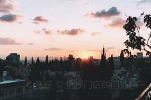 海法的清晨,天刚蒙蒙亮,就遇见了极美的朝阳,对面就是海法港,此次入住的民宿在巴哈伊花园的山上,正对着