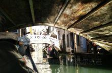 威尼斯水城真的很有特色,穿梭于大小水道的贡多拉,帅气的船夫,洁净的深蓝色的天空,都显示着特别。佩服他
