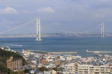 明石海峡大桥是世界上最大的悬索桥,桥长3,911m,中心跨长1,991m,横跨兵库县神户市和淡路岛之