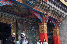 """雪中的松赞林寺~ 书里曾写过— """"缺氧的地方,从不缺信仰"""" 真实地震撼于人们对佛的虔诚, 以及佛教的"""