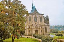 圣芭芭拉教堂被誉为欧洲最美丽的哥特式教堂,十四扇巨大的彩色玻璃窗并非马赛克拼就而成,而是画家直接用油