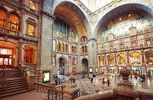 【铁路大教堂】  有人说这里是欧洲最美的火车站。 安特卫普中央车站,外观是巴洛克风格的。里面有点教