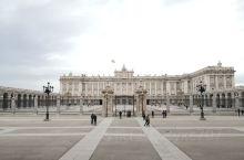 在摩尔人统治期间,马德里还不是西班牙首都,莫哈迈德一世出于防御目的,在今天王宫的位置修建了炮楼,之后