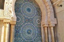 哈桑二世清真寺对非穆斯林开放参观的只有一层大厅和地下一层大理石浴池,阿拉伯花样精致繁复,和欧洲教堂的
