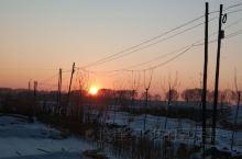 雪后的夕阳总是特别美!很喜欢这样的景色,静静地待在家里,看着外面的日出日落,享受着假期的悠闲!
