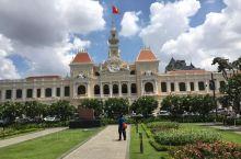 市政厅位于胡志明市中心,全称胡志明市人民委员会大厅。 整个市政厅只有两层,具有浓烈的法国建筑风格。红