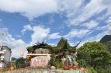 蓝天白云下的磨西古镇,好像在彩云之南喔