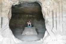 """我走遍全世界的石窟,却依然走不进你的心里  象岛的窟里竟然没有什么游客,正中的""""佛坛""""上什么也没有了"""