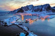 在汹涌湍急的挪威海中,地处北极圈以北。这一片人迹罕至的边境地带将大自然的鬼斧神工展现得淋漓尽致,坐拥
