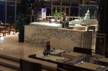 这里是千岛湖绿城喜来登度假酒店的盛宴标帜西餐厅,早上的自助餐都在这里吃哦!晚上还有自助小火锅吃。